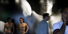 Les mannequins dénudés placés aux portes des magasins Abercrombie on fait scandale dans certains pays.