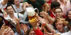 La néerlandaise Heineken, première et unique bière européenne du top 10, ne se classe que 7e avec ses 2,8 milliards de litres consommés.