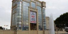 Sur la façade de l'hôtel de région à Montpellier se déploie une banderole sur laquelle on peut lire : Vive notre région, oui Languedoc-Roussillon