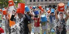 Des dizaines de milliers de personnes, connues ou inconnues, se sont jeté depuis juillet et continuent à le faire, devant une caméra, un seau d'eau glacée sur la tête, en défiant d'autres de faire de même contre un don de 100 dollars.