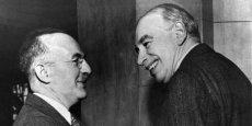 Harry Dexter White, pour les États-Unis, et John Maynard Keynes pour le Royaume-Uni, sont les deux artisans du système monétaire mondial d'après guerre. L'Américain pèsera toutefois bien plus dans les négociations qui feront du dollar le futur remplaçant de l'or.