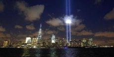 Deux colonnes de lumière fusant à la verticale dans le ciel de New York... Depuis treize ans, chaque année à la même époque, ce mémorial de lumière (The Tribute in Light) est mis en place pour évoquer les 2973 victimes qui, lors des attentats du 11 septembre 2001, ont péri  dans la destruction des tours jumelles. Photo :  REUTERS/Eduardo Munoz