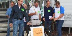 Des agriculteurs de la FDSEA et des JA de la Gironde ont introduit ce jeudi matin un veau à la Cité administrative, à Bordeaux
