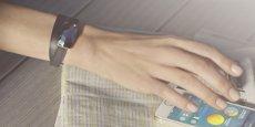 Plutôt que d'afficher un cadran high-tech, le bracelet June se présente comme un bijou, avec un beau prisme - qui camoufle l'électronique - greffé sur un bracelet en cuir.