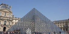 La Pyramide du Louvre permet d'accéder au plus grand musée du monde.