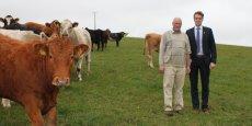 L'éleveur irlandais Pat Murray, l'un des fournisseurs de bétail de Slaney Foods, reçoit la visite de Cian Keogh, chargé de communication du programme de développement durable Origin Green.