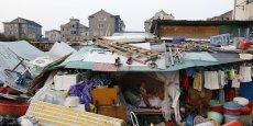 Les populations touchées par la pauvreté souffrent non seulement de revenus extrêmement bas, mais font également face à d'importantes et multiples difficultés pour l'accès à l'eau potable, aux voies de circulation, à l'électricité, à l'éducation, aux soins médicaux ou aux prêts bancaires, a ajouté Zheng Wenkai.