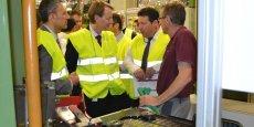 Octobre 2014 dans l'usine GFT, Kevin O'Neill, au centre, DG adjoint de GFT, s'adresse à Christophe Baptiste, qui vient d'apprendre que son usine fabriquera la MX65.