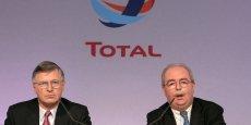 Thierry Desmarest (à gauche, ici lors de la présentation des résultats en 2007) a été nommé président de Total, ce mercredi, à la suite du décès de Christophe de Margerie (à droite sur la photo).