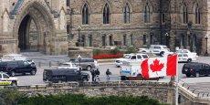 Une forte détonation a été entendue, aussitôt suivie d'un tir nourri des policiers, selon une vidéo d'un journaliste du Globe and Mail présent dans l'enceinte du Parlement.