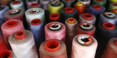 Miniaturisés, des capteurs peuvent désormais s'insérer directement sur des fibres textiles. La bonne vieille bobine de fil devra donc faire un peu de place à de nouveaux objets dans les ateliers...