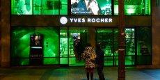 En 2013, Yves Rocher a tenté une nouvelle expérience : faire de la devanture de son magasin-amiral des Champs-Elysées un support publicitaire interactif.