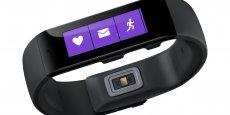 Le bracelet Microsoft Band affiche des notifications et l'heure sur son écran tactile couleur.