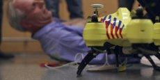 Le drone intègre une caméra connectée à une chambre de contrôle permettant à un opérateur paramédical d'intervenir.