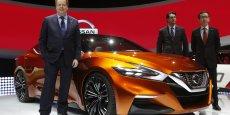 Renault est le premier actionnaire de Nissan et ses comptes sont positivement impactés par la bonne santé financière de celui-ci et la progression des ventes en Amérique du Nord. (Photo: au salon de l'auto de Detroit, en janvier 2014, des dirigeants de la division nord-américaine de Nissan -Andy Palmer, Jose Munoz et Shiro Nakamura- posent devant un concept car de la Sedan Sport)