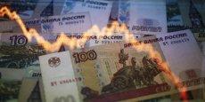 La monnaie russe a ainsi perdu 26% face à l'euro et 27% face au dollar en seulement un mois.