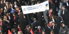 Environ 300 avocats en colère se sont rassemblés jeudi devant la préfecture du Rhône