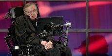 L'astrophysicien de 72 ans atteint de la maladie de Charcot (sclérose en plaques) a déclaré qu'Internet avait apporté à la fois des dangers et des bénéfices.