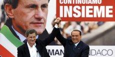 Au moins 39 personnes sont poursuivies mais libres, dont l'ancien maire (de 2008 à 2013), Gianni Alemanno. Berlusconi, venu le soutenir pendant sa campagne de réélection (ici, en mai 2013), demande aujourd'hui la dissolution du conseil municipal, comme beaucoup d'autres - à l'instar de Beppe Grillo, l'humoriste fondateur du Mouvement cinq étoiles.