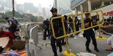 Plusieurs centaines de policiers sont arrivés dans le quartier d'Admiralty, situé tout près des bureaux du gouvernement et de Central, procédant au démantèlement du camp des manifestants.