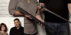 Stéphanie Porçain et Florent Tremosola présentent la simple et précieuse épée de l'académicienne Dominique Bona