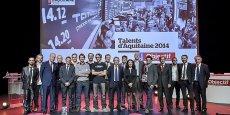 Lauréats et partenaires rassemblés pour la photo sur la scène du Théâtre casino Barrière, à Bordeaux