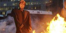 En contrebas du siège de la Commission européenne, dont l'accès était filtré par un important déploiement policier, les manifestants ont mis le feu à des effigies des dirigeants européens, plantées dans des bottes de paille.