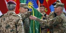 Le général Américain John Campbell, commandant de la coalition militaire internationale de l'Otan en Afghanistan, replie le drapeau de l'Isaf après une mission de plus de 13 ans pour combattre les Talibans.