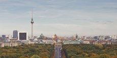 Une vue de Berlin, en arrière-plan, la fameuse Fernsehturm, la tour-relais de signaux de radio et de télévision, qui culmine à 386 mètres.
