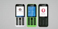 Le Nokia 215 est doté d'un écran de 2,4 pouces (5,08 cm) et pèse 78,7 grammes.