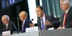 Fabrice Brégier, le CEO d'Airbus, annonce les excellents résultats de son entreprise. Il est entouré d'une partie de son état-major : (de gauche à droite) Didier Evrard, Tom Williams et John Leahy.