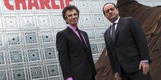 Jack Lang et François Hollande devant l'Institut du monde arabe arborant un Je Suis Charlie sur la façade.