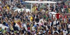 Devant la foule de fidèles, le pape François a appelé à lutter contre la pauvreté. Il s'en est également pris à la politique de planification familiale du gouvernement philippin.