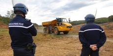 Le chantier du barrage est sous la garde des gendarmes. © photo Rémi Benoit