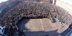 Drapeaux en berne place du Capitole où 10 000 personnes se sont réunies hier soir
