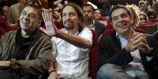 Le 15 novembre 2014, Juan Carlos Monedero et Pablo Iglesias, de Podemos, avec Alexis Tsipras, de Syriza, dans un théatre de Madrid. Podemos est une fomation politique de la gauche radicale, issue du mouvement des Indignés. Elle conteste fortement la politique d'austérité du gouvernement espagnol de centre-droit.