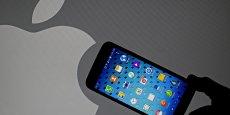 Pris en tenaille entre les iPhone dans le haut de gamme et les fabricants chinois Huawei et Xiaomi dans l'entrée de gamme, Samsung (ici un Galaxy S5, sorti en septembre 2014) a vu sa part du marché mondial diminuer tout au long de l'année 2014.