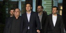 Ce mardi 27 janvier, Alexis Tsipras sort du palais présidentiel accompagné des membres du premier gouvernement qu'il vient de former.