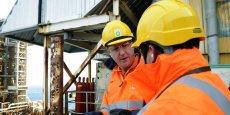 BP a passé une charge nette après impôts de 3,6 milliards de dollars liée à des dépréciations d'actifs sur ses activités amont, en Mer du Nord et en Angola (le Premier ministre britannique David Cameron en visite sur une plateforme BP en Mer du Nord, le 24 février 2014)