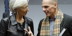 Christine Lagarde et Yanis Varoufakis, ministre grec des Finances, se serrent la main à l'issue d'un sommet de l'Eurogroup