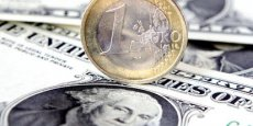 Handicapé par une dette américaine à la frontière de la légalité, le dollar recule face à l'euro. | REUTERS
