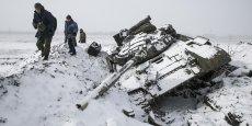 Encerclé depuis plusieurs jours dans la ville de Debaltseve dans l'Est de l'Ukraine, l'armée ukrainienne a fini par battre en retraite mercredi matin face à l'offensive des armes lourdes rebelles. (le 16 février, des combattants pro-russes récupèrent du matériel sur un char ukrainien détruit à proximité de Debaltseve)
