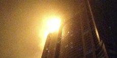 Le feu s'est déclaré au 51e étage de la tour résidentielle qui fait 336,1 mètres de haut, a indiqué la Défense civile.
