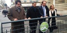 De gauche à droite, Marc Teyssier d'Orfeuil, DG du Club des voitures écologiques, Christophe Najdovksi, adjoint au maire de Paris, Joël Pedessac, DG du CFBP (Comité Français du Butane et du Propane) et Michèle Salvadoretti, DG de Q-Park France, remplacent un panneau d'interdiction du GPL dans un parking parisien.