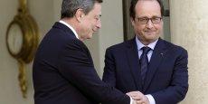 François Hollande, aux côtés du président de la Banque centrale européenne Mario Draghi, sur les marches l'Élysé.