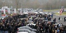 Les employés de Germanwings se rassemblent ce mercredi 25 mars à l'aéroport de Cologne-Bonn pour observer une minute de silence en hommage aux victimes du crash de l'Aibus A320)