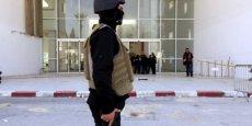 L'attaque qui a coûté la vie à 23 personnes jeudi dernier au musée du Bardo, à Tunis, a sans doute été menée par trois hommes dont un est encore en fuite, a déclaré dimanche le président tunisien Béji Caïd Essebsi.