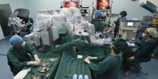 Opération chirurgicale assistée par un robot, en Chine.