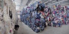Quelque 350 tonnes de vêtements atterrissent tous les jours dans l'usine Soex de Wolfen en Allemagne, qui reçoit notamment des vêtements collectés par H&M.