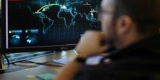 Carte de la société californienne FireEye permettant d'observer en temps réel les menaces de cyber-attaques. En France, le gouvernement veut mettre en place un dispositif automatique de surveillance des données de navigation des internautes, approuvé par deux tiers des Français.